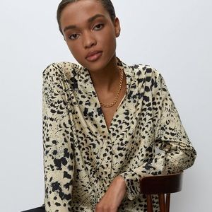 ⭐️Aritzia Babaton Leopard Power blouse❤️Sale today